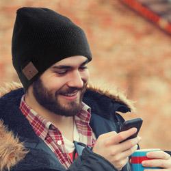 Cappellino con auricolari bluetooth